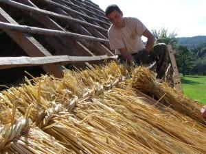 Traditionelle Handwerkstechnik des Strohdachdeckens in Ungarn (© Winehill Sheperd Organisation)